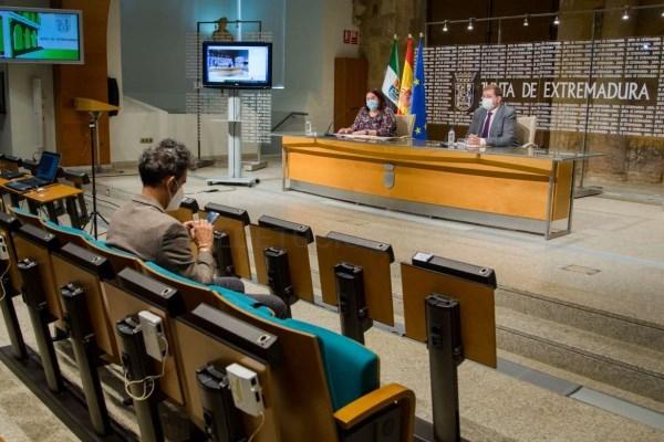 La Junta firma un convenio con Correos para impulsar la venta y promoción de productos agroalimentarios de Extremadura