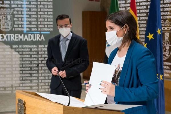 La consejera de Igualdad reafirma el compromiso de la Junta de Extremadura con la cooperación en la firma de un convenio con FELCODE