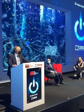 Rafael España entrega el premio CESUR como mejor Empresa Embajadora al Grupo Industrial Cristian Lay