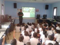 El Ayuntamiento y el Cabildo acercan el pinzón azul a 90 escolares del Ceip María Jesús Ramírez Díaz