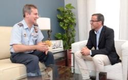 El Coronel Jefe de la Base Aérea de Talavera la Real visita al presidente de la Diputación de Badajoz