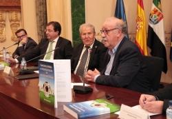 El ex seleccionador nacional, Vicente del Bosque avala en Badajoz la presentación de un libro de Manolo Cabanillas.