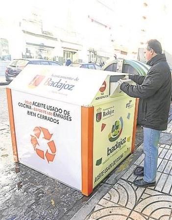 Los contenedores de aceite usado instalados por el Ayuntamiento de Badajoz han recogido durante los meses de enero y febrero más de 2.500 litros.