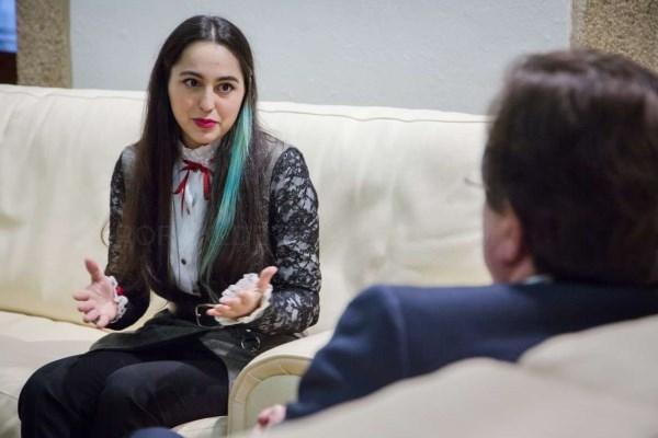 El presidente de la Junta de Extremadura, Guillermo Fernández Vara, ha recibido a la diseñadora extremeña Laura Manuela Sánchez.