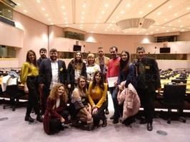 10 estudiantes de emisoras españolas, entre los que se encuentran dos miembros de OndaCampus, entrevistan a europarlamentarios en un programa de radio