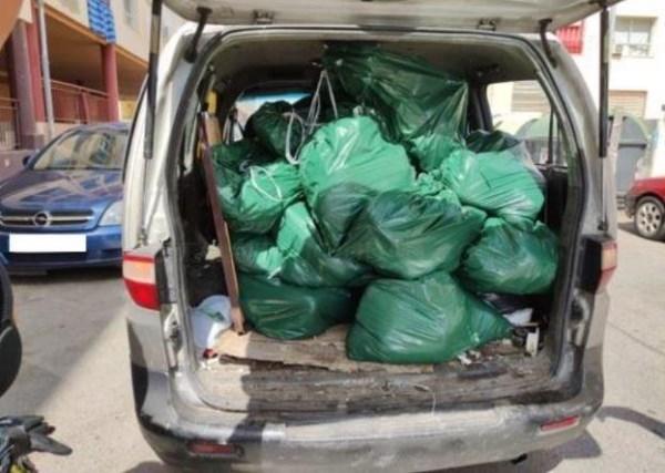 Detenido en Badajoz tras ser sorprendido cargando marihuana en un coche aparcado en doble fila
