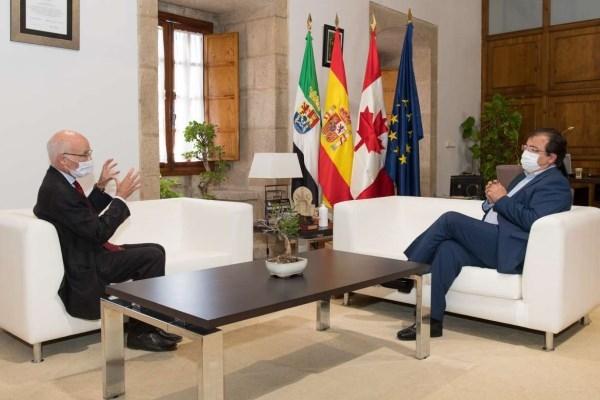El presidente de la Junta de Extremadura se reúne con el embajador de Canadá