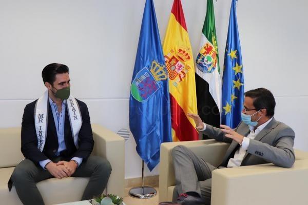 El presidente de la Diputación de Badajoz y el ganador del certamen Mister International Spain 2020 han mantenido un encuentro en Mérida