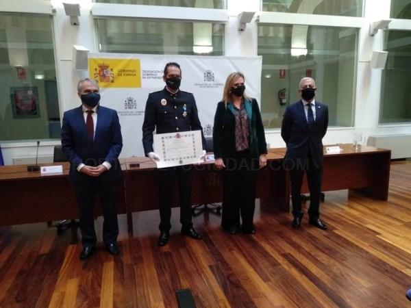 El superintendente de la Policía Local de Badajoz recibe la cruz de la Orden del Mérito Civil