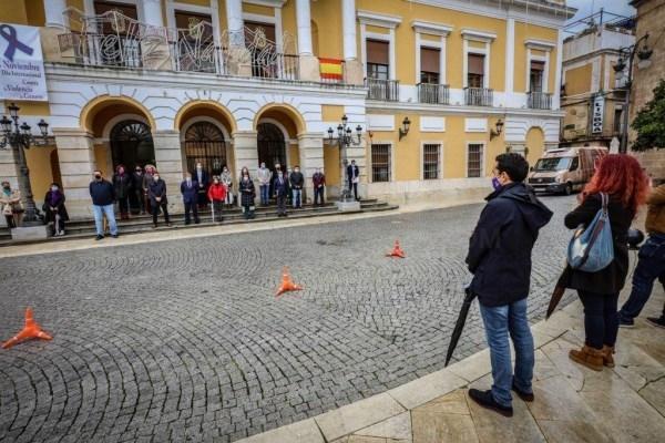 Polémica entre los concejales de Badajoz en el minuto de silencio del 25NPolémica entre los concejales de Badajoz en el minuto de silencio del 25N