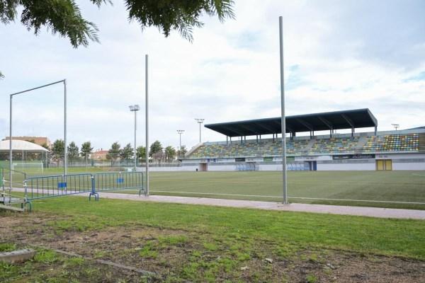 El Ayuntamiento de Badajoz destina 200.000 euros a renovar el césped artificial del campo de fútbol del Vivero
