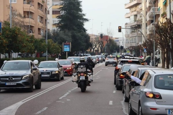 Una caravana con más de 500 vehículos clama en Badajoz por la supervivencia de los autónomos