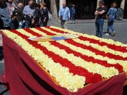 La plaza del Torico se llenó de libros y flores para celebrar San Jorge