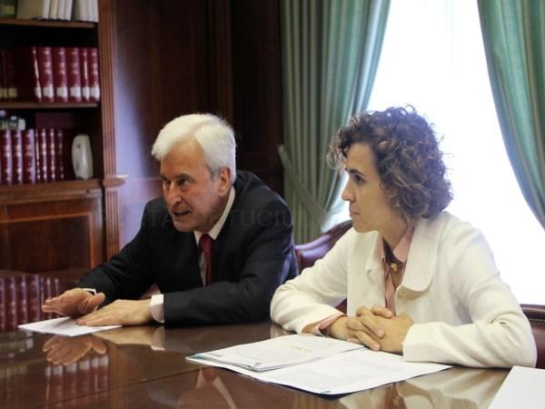 La ministra de Sanidad, Servicios Sociales e Igualdad visita la Unidad contra la Violencia sobre la Mujer de la Delegación del Gobierno