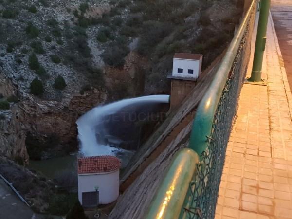 La presa que abastece a Teruel desembalsa para dejar hueco a futuras riadas
