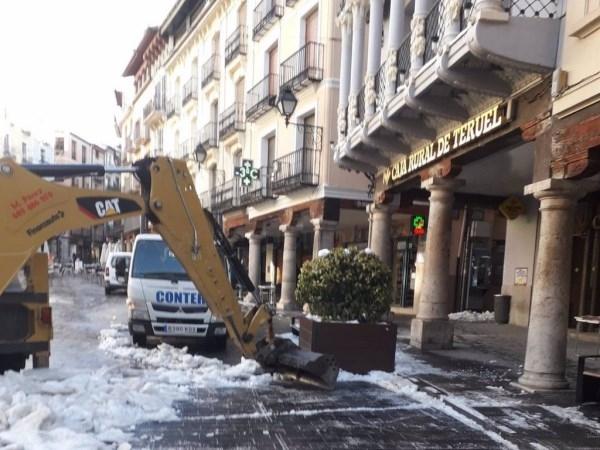 El Ayuntamiento de Teruel retira más de 110 camiones de nieve helada este sábado de las calles de la ciudad