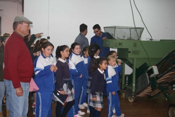 Escolares de primaria y mayores participan en una actividad del Centro de Formación del Medio Rural de Villafranca de los Barros