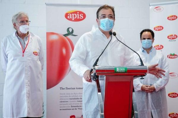 Fernández Vara reafirma su compromiso con el sector agroalimentario extremeño en su visita a la fábrica APIS