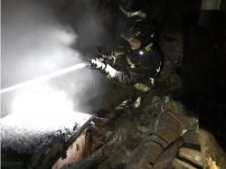 Un incendio calcina de madrugada la cubierta y el primer piso de una casa de dos plantas en La Bañeza