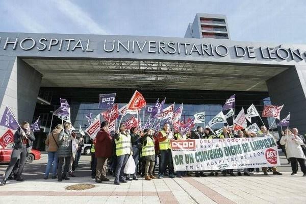 Cerca de 200 trabajadores del servicio de limpieza del Complejo Asistencial de León inician una huelga indefinida para reclamar mejoras laborales