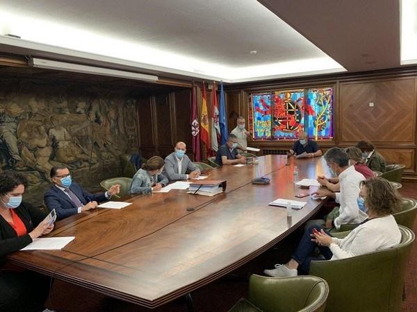 El Ayuntamiento de León destina casi 80.000 euros para cubrir 15 zonas de juegos infantiles de los barrios de la ciudad