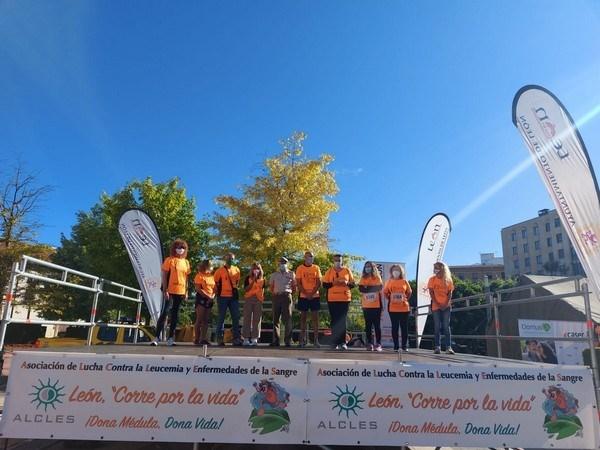 El margen del río Bernesga se tiñe de naranja en apoyo a la Asociación Leonesa Con Las Enfermedades de Sangre