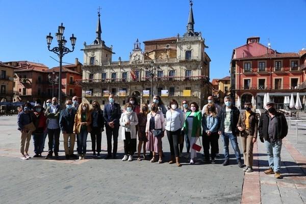 León inaugura la exposición de la convocatoria VisitSpain en la Plaza Mayor