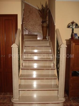 Mármol, escaleras de granito