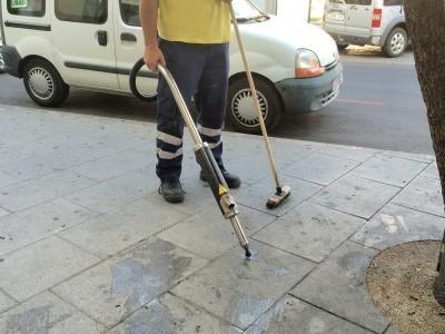 LIMPIEZA VIARIA HA COMENZADO A QUITAR LOS CHICLES DEL PAVIMENTO DE LA PLAZA DE ESPAÑA