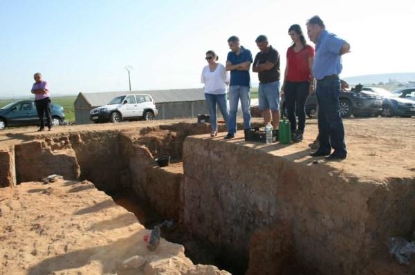La secretaria general de Cultura visita el yacimiento tartésico de 'El Turuñuelo',