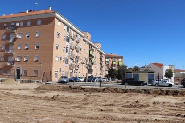 Se está ejecutando un nuevo parking en la Plaza de los Olivos en  Villanueva de la Serena.