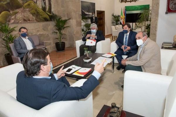 Guillermo Fernández Vara se reúne con el presidente de la Asociación Interprofesional del Cerdo Ibérico, Antonio Prieto