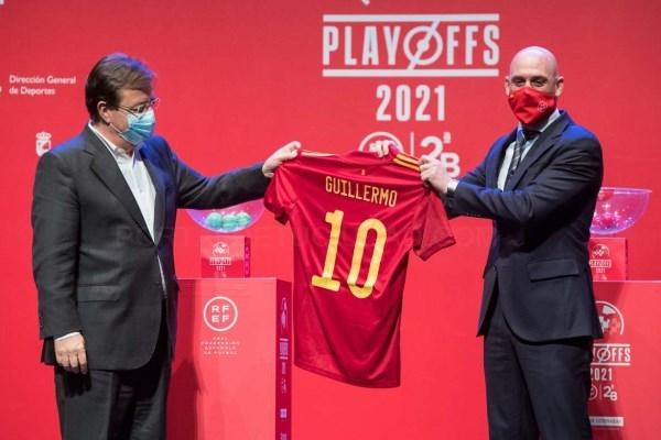 Fernández Vara resalta el apoyo de las instituciones y de las federaciones de fútbol para que los equipos pequeños puedan sobrevivir