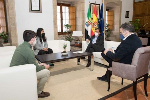 Fernández Vara se reúne con la delegación extremeña de la asociación juvenil 'Equipo Europa'
