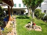 restaurante con jardín y terraza exterior