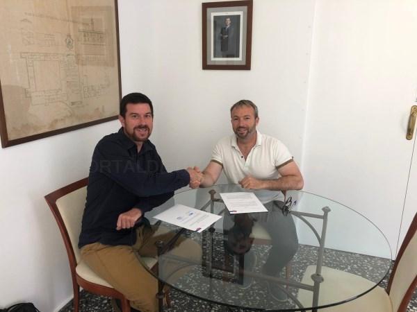 CLH dona un grupo electrógeno al Ayuntamiento de Es Castell