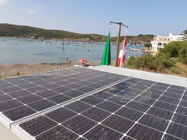 L'Ajuntament de Maó amplia la superfície de plaques solars fotovoltaiques a les casetes dels socorristes de Sa Mesquida i Es Grau