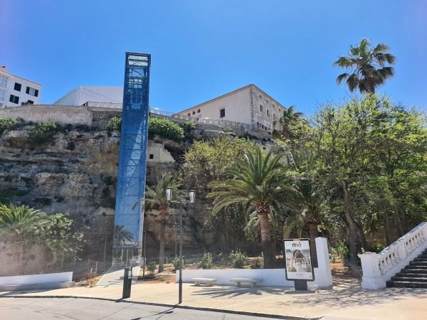 L'Ajuntament aprova definitivament el projecte del nou ascensor que connectarà el centre amb el Port de Maó