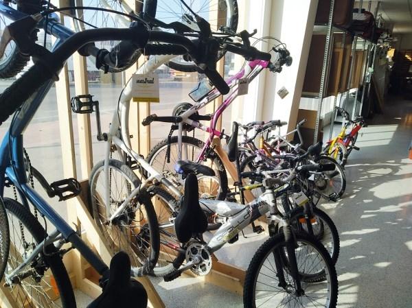 L'Ajuntament de Ciutadella dóna a Càritas bicicletes abandonades per a un projecte social i mediambiental.