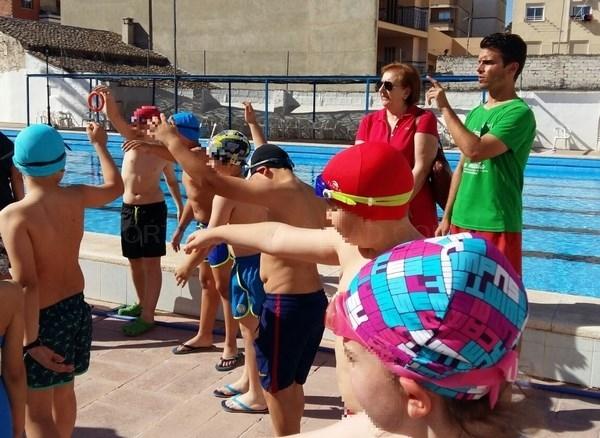 Ning sense saber nadar inicia a los m s j venes de for Piscina municipal lliria