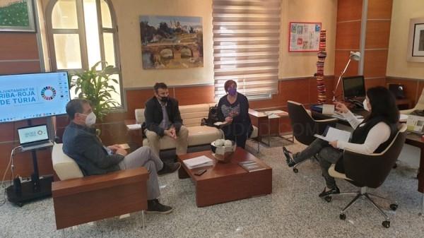 El alcalde de Riba-roja traslada a la Consellería de Vivienda el expediente del edificio amenazado de desalojo por la Sareb