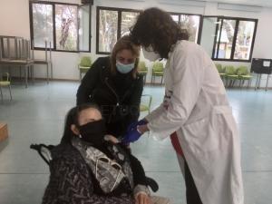 El Centro de Salud de l'Eliana vacuna a grandes dependientes