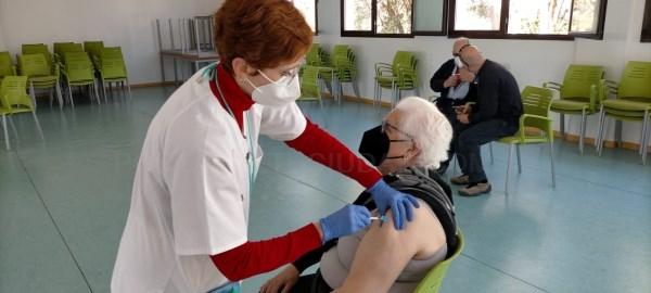 Vecinos y vecinas de entre 70 y 75 años de l¨Eliana reciben la segunda dosis en la Escuela de Adultos