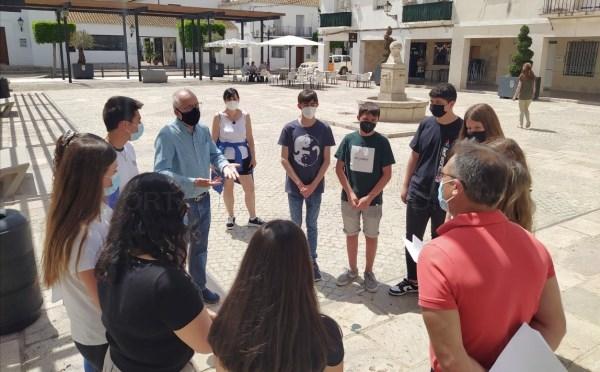"""L'alumnat de 4t ESO del col·legi Sant Vicent Ferrer lliura al consistori de San Antonio de Benagéber el seu llibre """"Ecologia per a una realitat"""""""