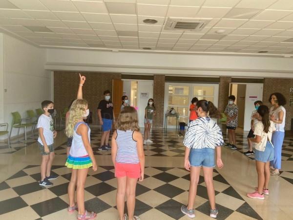 Un total de 30 niños y niñas participan en el taller de teatro creativo de l'Eliana