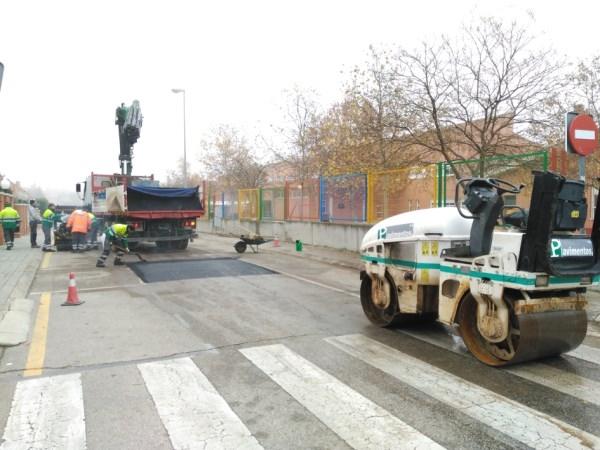 Comienza la construcción de badenes elevados reductores de velocidad junto a los colegios