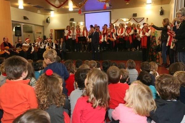 Los mayores comparten villancicos y tradiciones navideñas en un encuentro intergeneracional con los alumnos del colegio Tierno Galván