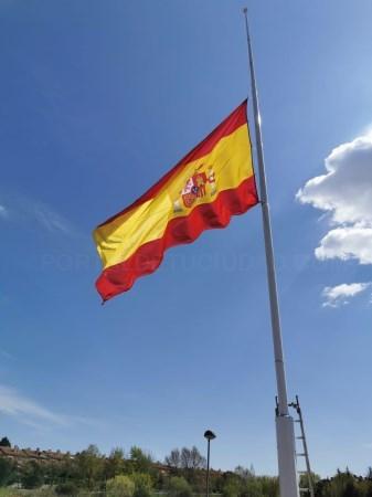 Tres Cantos guarda luto oficial desde este lunes y sus banderas ondean a media asta por las víctimas del COVID-19