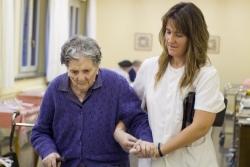 La Comunidad de Madrid otorga 114 millones a los ayuntamientos para atender a personas dependientes