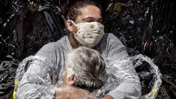 El abrazo de la pandemia, la mejor fotografía del año